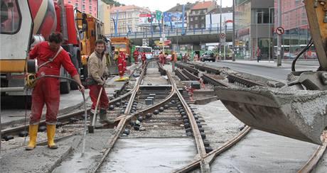 Dělníci opravují koleje na Plzeňské.