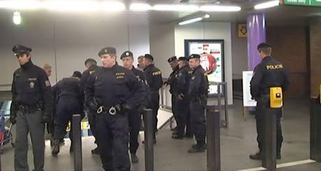 Policie zasahuje na pražském Zličíně proti fotbalovým fanouškům, kteří si zde domluvili bitku.