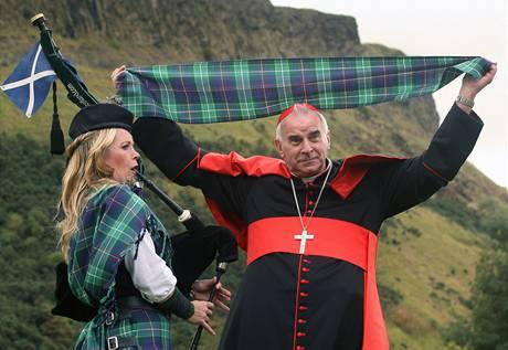 Skotský kardinál Keith O'Brien ukazuje tartanový pléd vyrobený k příležitosti první oficiální návštěvy papeže ve Velké Británii