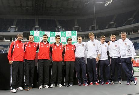 SPOLEČNÉ FOCENÍ. Před semifinále Davisova poháru. V bílém jsou čeští tenisté v červeném jejich srbští soupeři.