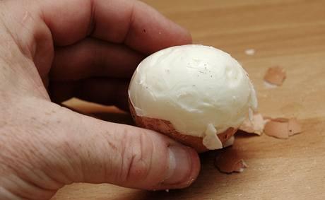 Po oloupání bílek držel vcelku, půl minuty by vejce ale ještě sneslo, žloutek byl spíše naměkko