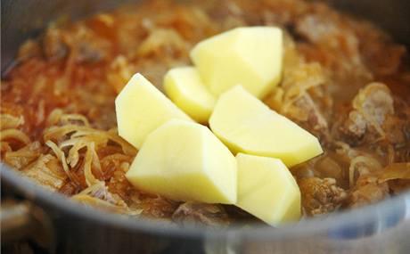 Do přesoleného základu vložte syrovou bramboru