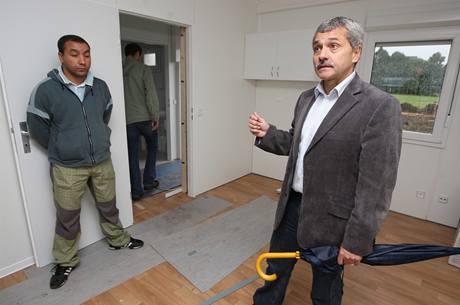 Starosta Holešova Zdeněk Janalík v kontejnerovém bydlení, kam chce sestěhovat Romy.