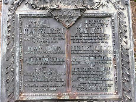Pamětní deska při ústí tunelu u Pěčína.