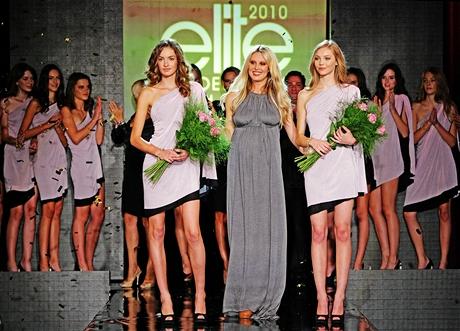 Čtrnáctiletá Tereza Klimešová z Prahy (nalevo) a šestnáctiletá Karin Savková ze slovenské Němšové - vítězky Elite Model Look 2010, moderátorka Simona Krainová
