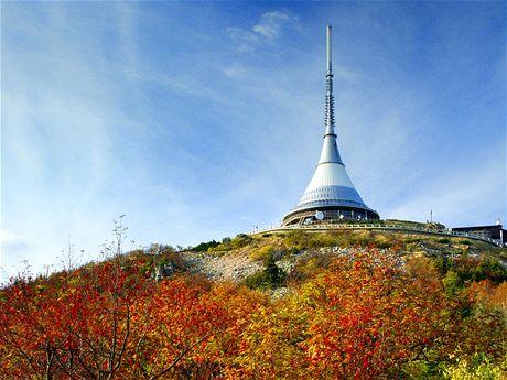 Kultovnímu vysílači na Ještědu podzim sluší