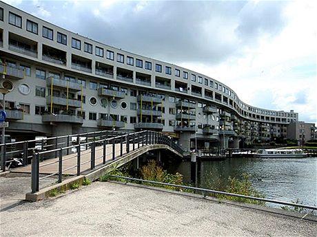 Staré doky na severovýchodě nizozemské metropole nahradily obytné domy atypických tvarů