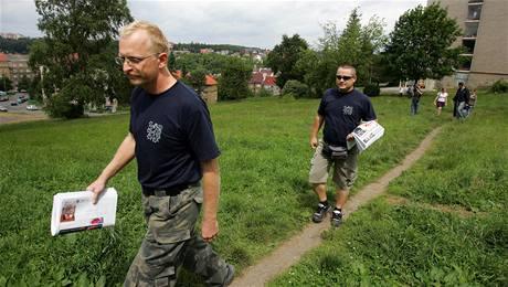 Členové Národní gardy roznášejí Národní politika. Mezi nimi i Ladislav Paštéka (uprostřed). Foto z 21.6.2008