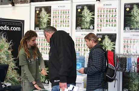 Zkušení pěstitelé na veletrhu ochotně radí s výběrem semínek, lze s nimi zkonzultovat i ideální způsob pěstování