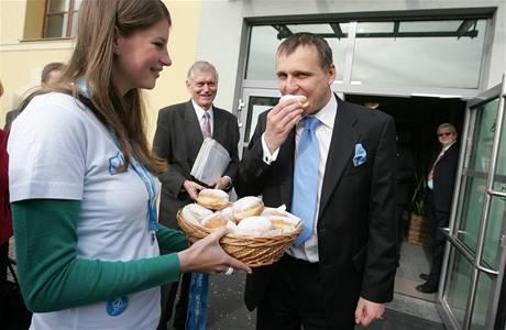 Ministr dopravy Vít Bárta dostal v Hradci Králové na přivítanou koblihy