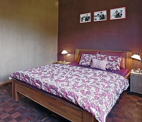 Majitelé v místnostech kombinovali hliněné omítky v přírodní barvě (stěna vlevo) s barevnými nátěry stěn