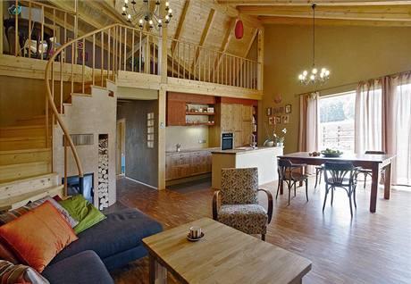 Součástí obývacího prostoru je kuchyňská linka (Ikea), vestavěná pod galerii a doplněná atypickými skříňkami a zděným varným ostrůvkem