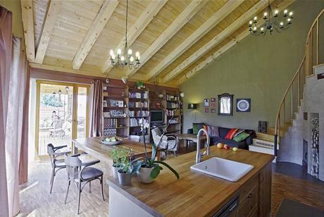 Interiér je zařízen kombinací renovovaného starého nábytku, nábytku se značkou Ikea a doplňků a dekorací z Indonésie. Pozadí pokoje tvoří