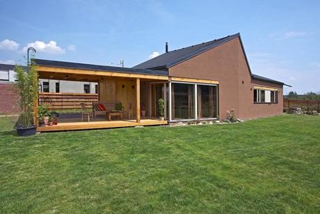 Dominantním znakem domu je asymetrický štít v jižním průčelí. Majitelé zvolili na fasádu nátěr hnědé barvy. Na jeho pozadí vyniknou bíle natřené dřevěné okenní rámy, jeden z charakteristických znaků architektury z Atelieru Klanc.