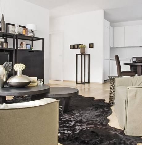 Zvířecí kožešina na podlaze nahradila klasický kusový koberec a stylově přispěla k doladění atmosféry bytu