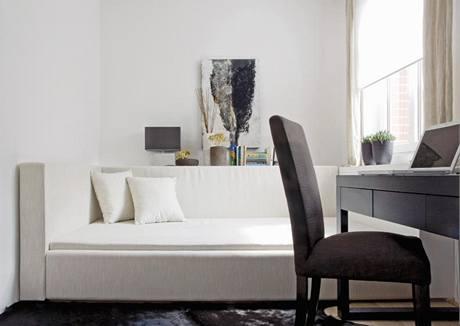 Celý interiér je zařízen v jednotném funkcionalistickém duchu s prvky etnostylu, který skvěle souzní s cestovatelskou vášní majitelky