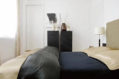 Poklidný charakter prostředí skvěle dotvářejí tlumené barvy a stylové doplňky
