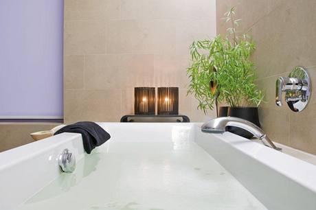 Klid a harmonie prostupují celým interiérem včetně elegantní koupelny