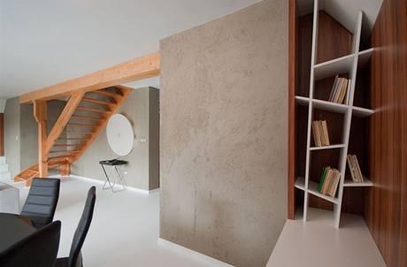 Na šikmé ploše se ocitly zejména knihy
