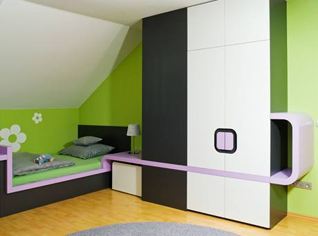 Pokoj starší dcery ve fialové a zelenkavé barvě