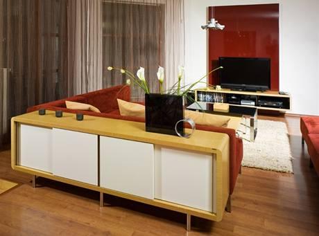 Obývací části dominuje barevně výraná sedací souprava
