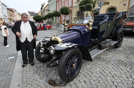 Sběratel veteránů Jiří Kratochvíl z Oldtimer club Helfštýn s vozem Panhard Levassor Featon z roku 1912.
