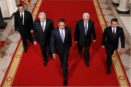 Ve skutečnosti kráčel egyptský prezident Husní Mubarak až na chvostu skupinky politiků