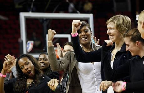 Jana Veselá (v černé bundě) s ostatními hráčkami Seattlu Storm při slavnosti na počest vítězek WNBA