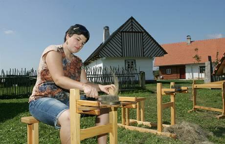 Petra Schnaubertová ukazuje zpracování lnu