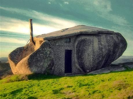 Kamenný dům Casa do Penedo stojí na severu Portugalska na úpatí pohoří Fafe