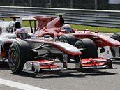 PŘEDJÍŽDĚJÍCÍ MANÉVR. Brit Jenson Button z McLarenu se dostává před obě ferrari.