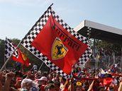 Fanoušci Ferrari po Velké ceně Itálie, kterou vyhrál jejich jezdec Fernando Alonso.