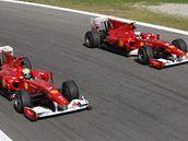 BOK PO BOKU. Jezdci ze stáje Ferrari po dojezdu ve Velké ceně Itálie. Fernando Alonso (vpravo) vyhrál a Felipe Massa byl třetí.