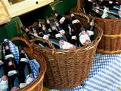Nabídka typických místních produktů vcentru: ovocná vína všeho druhu