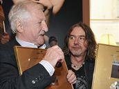 Pavel Bobek převzal 13. září 2010 zlatou desku za album Víc nehledám (vpravo producent Luboš Malina)
