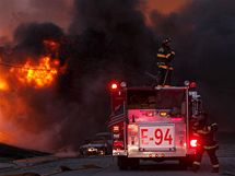 Hasiči likvidují následky výbuchu plynového potrubí v San Francisku. (10. září 2010)