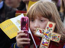 Holčička na papežově projevu v Twickenhamu (17. září 2010)