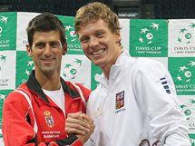 Novak Djokovič (vlevo) a Tomáš Berdych pózují před semifinále Davisova poháru