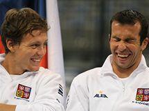DOBRÁ NÁLADA. Čeští tenisté Tomáš Berdych (vlevo) a Radek Štěpánek před semifinále Davisova poháru proti Srbsku