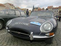 Dvaadevadesát automobilů vetránské jízdy The MSA Euroclassic zaparkovalo včera na českobudějovickém náměstí Přemysla Otakara II. Její účastníci vyrazí z města ráno na další etapu do Kitzbühelu