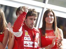 VE SPOLEČNOSTI KRÁSNÝCH DAM. Dva nejrychlejší jezdci ve Velké ceně Itálie kráčí na stupně vítězů. Fernando Alonso (vpravo) vyhrál a Jenson Button (vlevo) byl druhý.