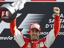 Fernando Alonso ze stáje Ferrari slaví triumf ve Velké ceně Itálie.