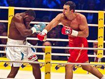 BUM! Ukrajinský boxer Vladimír Kličko udeřil soupeře Samuela Petera v souboji o titul mistra světa organizací WBO a IBF.