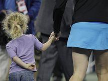 Tenistka Kim Clijstersová odvádí svou dceru Jadu z kurtu po vítězství na US Open.