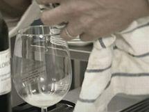 Nedovařený bílek se projeví i tím, že vyteče do sklenice