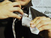 Podtočte a symetricky provlékněte delší konec kravaty směrek ke krku