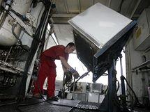 Recyklace ledniček v areálu firmy Kovosteel ve Starém Městě