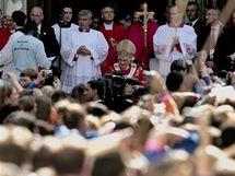 Před Westminsterskou katedrálou v Londýně se shromáždily davy lidí. Přijel papež benedikt XVI. (18. září 2010)