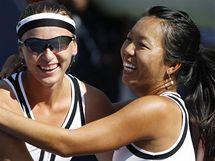 Jaroslava Švedovová (vlevo) a Vania Kingová se radují z triumfu na US Open 2010