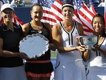 Liezel Huberová a Naďa Petrovová (poražené finalistky) a Jaroslava Švedovová a Vania Kingová (vítězky) po finále US Open 2010
